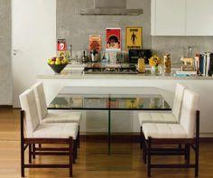 Cozinha acoplada a sala de jantar... Nessa fórmula, integrar a cozinha com a sala têm se mostrado a grande tendência. Assim, ninguém mais se isola na lida com as panelas. Preparar as refeições virou um ato social, de interação e diversão.