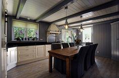 Mooi afgewerkt met hout en klassieke keukenkastjes. Rustiek en landelijke keuken in woonboerderij. Stolp