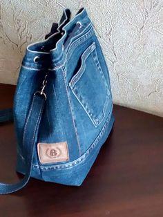 Tre olika väskor har sett dagens ljus i helgen.Three different bags have emerged this weekend . Recycled Fashion, Recycled Denim, Denim Bag Patterns, Mochila Jeans, Blue Jean Purses, Denim Tote Bags, Denim Crafts, Recycle Jeans, Fabric Bags