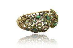 Bracelet Fantaisie Doré en Strass  Bracelet fantaisie en métal doré frappé et vieilli, avec multiples strass multicolores et des belles pierres colorées de différentes tailles.
