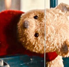 A Taxi for Pooh Bear. Another new image of Winnie The Pooh from the latest Disney Christopher Robin trailers. Winnie The Pooh Plush, Winne The Pooh, Winnie The Pooh Friends, Disney Pixar, Disney Magic, Eeyore, Tigger, Christopher Robin Movie, Cute Teddy Bears