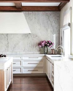 Leisure – Julie Charbonneau Design Kitchen with large island & marble backsplash. Interior Design Trends, Interior Design Kitchen, Kitchen Decor, Basement Kitchen, Kitchen Ideas, Küchen Design, Home Design, Layout Design, Design Ideas