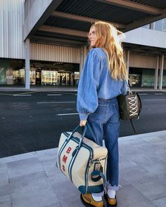 Cool airport outfits with jeans Jeans Trend, Denim Trends, Fashion Essentials, Mode Inspiration, Fashion Outfits, Womens Fashion, Trendy Outfits, Look Cool, Get Dressed