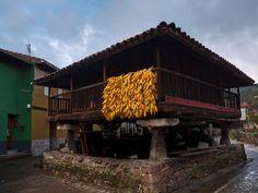 #Panera de Bueño #Asturias, una construcción rural, muy abundante en la zona rural asturiana, muy parecida al #hórreo, pero generalmente de mayores dimensiones,