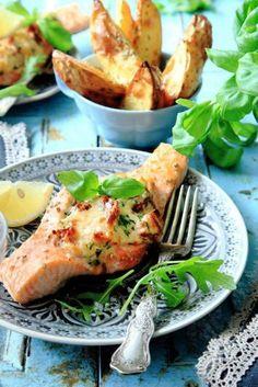 Laxfilé som fylls med Medelhavssmaker i form av getost, soltorkade tomater, citron och basilika. Servera gärna med klyftpotatis eller potatismos och en sallad med rucola.