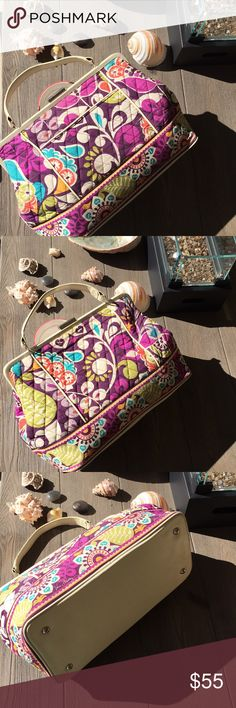 Vera Bradley purse Vera Bradley purse comes with detachable strap, and has a beautiful fun pattern as they all do! Please look at my other listings I have a lot of item is brand new with tags! Bundle and save on shipping thanks Vera Bradley Bags