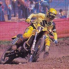 Such a rad shot of The Bomber Mark Barnett shredding Hangtown with Broc Glover tucked up his exhaust. #thebomber#markbarnett#nationalchamp #motocross #motocrosshistory #suzuki #supercross #americanmotocross