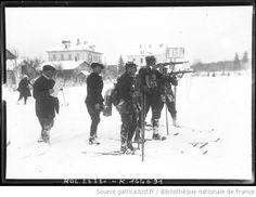 Ski à Chamonix [février 1912, course de fond militaire, une équipe de militaires, en position de tir] : [photographie de presse] / [Agence Rol] - 1