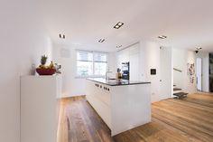 loft78.com Weiße, grifflose Küche. Arbeitsplatte dunkler Schiefer. Get Inspired, visit: www.loft78.com #interiordesign #interior #interiors #house #home #design #architecture #decor #homedecor #luxury #love #follow #archilovers #casa #loft78 #individuell #ideen #planung #inneneinrichtung #innenarchitektur #rosenheim #münchen #salzburg #küche #kitchen #insel #ideen #glas #holz #altholz #beton #concrete  #loft78design #wood #kücheninsel #kücheneinrichtung #offeneküche #küchenplanung #theke