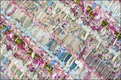 I telai. Le mani. I fili. I colori. I dettagli e i risultati... Guardate nel video e nella gallery fotografica qui sopra il mistero del Tweed Chanel, il mitico tessuto...