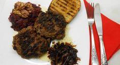Υλικά ½ κιλό μοσχαρίσιο κιμά1 κρεμμύδι ψιλοκομμένο και σοταρισμένο ελαφρώς2-3 κουτ. σούπας ψίχα ψωμιού, μουλιασμένη σε νερό1 κουτ. σούπας μουστάρδα1 κουτ. σούπας κέτσαπ1 αυγόλίγο λάδιαλάτι,πιπέριλίγη ρίγανη προαιρετικά (ή όποιο άλλο μυρωδικό θέλετε) Για το Κόκκινο λάχανο 1 μικρό κόκκινο λάχανο ψιλοκομμένο2 ξινόμηλα τριμμένα στον τρίφτη του κρεμμυδιού1 κρεμμύδι ψιλοκομμένο1 καυτερή πιπεριά ψιλοκομμένη½ κούπα λάδι¼ της […] The post Μπιφτέκια με καρύδια και κόκκινο λάχανο appeared first on
