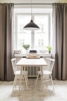 Keittiön pöytä on nollakappale Teppo Lakaniemen Lapin yliopiston kahvilaan suunnittelemasta Lyolpöydästä. Tuolit ovat lapsuudenkodista ja valaisin Upon tehtailta, missä Tepon isosisä oli konesuunnittelijana. Ikkunalaudan hienon metallikorin on tehnyt Tepon isä.