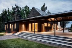 Image 18 of 21 from gallery of Summer House in the Stockholm Archipelago / Kod Arkitekter. Photograph by Måns Berg Interior Exterior, Exterior Design, Scandinavian Cottage, Scandinavian Style, Stockholm Archipelago, Indoor Outdoor Living, House Painting, Japan, Luxury Homes
