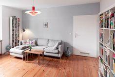 Wohnzimmertraum und Einrichtungs-Inspiration aus Berlin: graue Couch, Bücherregal, CD-Regal, Dielenboden. 4-Zimmerwohnung zur Zwischenmiete. #Berlin #Traumwohnung #