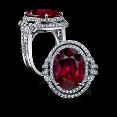 Junto con la Rubellita Oval y pendientes de diamantes blancos, este anillo capta la fluidez del movimiento, con curvas y gracia.    Con una fila coincidente doble de brillantes diamantes blancos, este anillo también muestra el estilo lineal deco con una caña doble fractura que rodea el dedo.