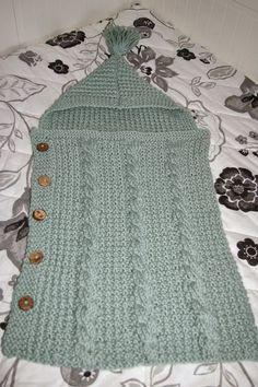 """Una labor bonita, sencilla de tejer y estupenda para regalar es una """"saquito de bebe"""" para abrigar a los ás pequeños de la casa.  Aqui les... Crochet Bebe, Crochet Art, Bebe Baby, Newborn Crochet, Loom Knitting, Baby Hats Knitting, Knitting For Kids, Layette, Baby Cocoon"""
