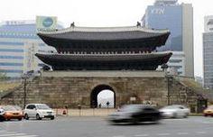 復元工事が約5年ぶりに完了した韓国の国宝第1号、南大門=29日、ソウル(共同)