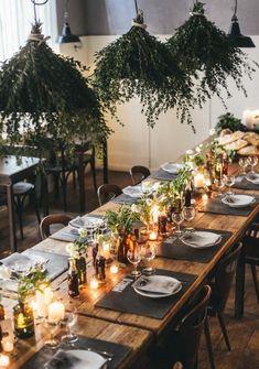 Recouvrir les suspensions lumineuses au-dessus de la table de Noël avec des éléments naturels ambiance végétale. #NOEL #TENDANCE #IDEES #DECO #SAPIN #TABLENOEL #COULEURS #CADEAUX #RECETTES