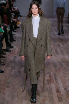 Fall 2017 Ready-to-Wear Collection Photos - Vogue All Black Fashion, Love Fashion, High Fashion, Fashion Design, Fashion Week Paris, Fashion 2017, Fashion Trends, Street Style 2017, Street Style Women