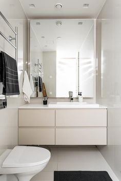 Here at Beddinginn, our prime goal is to offer you a range of elegant bathroom sets that give you all the choice you need to create your perfect bathroom. Small Elegant Bathroom, Small Luxury Bathrooms, Modern Bathroom Tile, Laundry In Bathroom, Contemporary Bathrooms, Bathroom Sets, Small Bathroom, Bathroom Mirrors, Luxurious Bathrooms