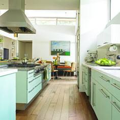 Beautiful Design Made Simple - http://beautifuldesignmadesimple.com/2013/09/13/a-cozy-modern-kitchen/