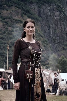 viking dress an tir Viking Garb, Viking Reenactment, Viking Dress, Viking Warrior, Medieval Costume, Viking Woman, Medieval Dress, Norse Clothing, Medieval Clothing