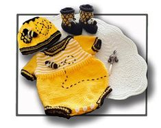 Baby Knitting Patterns Top Top 5 bumble bee, honeybee knitting patterns: baby romper set by T-Bee Cosy Knitting For Kids, Baby Knitting Patterns, Knitting Stitches, Baby Patterns, Crochet Patterns, Knitting Needles, Crochet Bebe, Knit Crochet, Knitted Baby