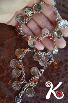 pulseiras medalhinhas. R$27,00.
