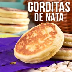 Gorditas de Nata Caseras Gorditas delicious little thick corn tortillas stuffed with savory fillings are easy to make at home. Mexican Food Recipes, Sweet Recipes, Dessert Recipes, Gorditas Recipe Mexican, Good Food, Yummy Food, Delicious Desserts, Cravings, Food To Make