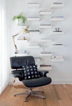 wand van boekenplanken voor in de slaapkamer of zoldertrap? Vtwonen. Evt. ook een ideetje voor mijn fotoboeken in de leeshoek?