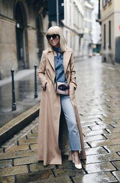 Ich war ja schon immer ein Fan von Camel Coats. Egal ob lang, kurz, oversized oder tailliert, er hängt fast in allen Varianten in meinem Kleiderschrank. Ein besonderer Hingucker ist jedoch dieser überlange Camel Coat von Laurèl. Als ich ihn zur Berlin Fashion Week am Laufsteg gesehen habe war ich sofort schockverliebt. http://www.blogger-bazaar.com/2016/03/31/the-long-coat/ Tanja Trutschnig / Blogger Bazaar /Streetstyle Blogger Mailand  Paris Fashion langer Mantel  All Denim Jimmy Choo