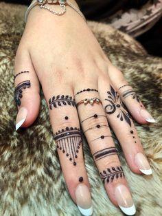 Henna Tattoo Designs Simple, Finger Henna Designs, Mehndi Designs For Fingers, Fingers Design, Hena Designs, Henna Designs Feet, Mehandi Designs, Jagua Tattoo, Jagua Henna