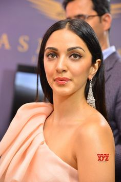 Actress Kiara Advani Launches The Statement Wedding Jewellery Exhibit Gallery - Social News XYZ Photos: Actress Launches Wedding Jewellery Exhibit Gallery Most Beautiful Bollywood Actress, Bollywood Actress Hot Photos, Bollywood Girls, Beautiful Indian Actress, Actress Photos, Beautiful Actresses, Bollywood Fashion, Sonakshi Sinha Saree, Deepika Padukone