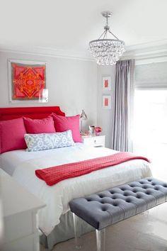 almohadones rojos, acolchado claro, mesa gris?