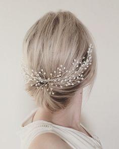 Ophila Peine de cabello hermoso con perlas de agua dulce AA grado y su elección de cualquier plata plateado, oro plateado, o alambre chapado en oro color de rosa. Esta pieza está diseñada para sentarse alrededor de la parte posterior de la cabeza y es un llamativo adorno para un