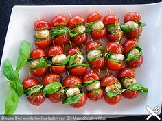 Brochetas de tomate y mozzarella - Fingerfood Rezepte - Recetas Party Finger Foods, Snacks Für Party, Cold Finger Foods, Tomato Mozzarella Skewers, Mozzarella Sticks, Tapas, Italian Appetizers, Cherry Tomatoes, Food Inspiration