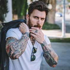 La imagen puede contener: 1 persona, barba y exterior Trendy Mens Hairstyles, Hipster Hairstyles, Haircuts For Men, Men's Hairstyles, Bearded Tattooed Men, Bearded Men, Tattooed Guys, Beard Tattoo, Tattoo Man