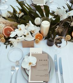 modern and minimal tropical wedding decor Table Decoration Wedding, Decoration Evenementielle, Table Setting Wedding, Modern Wedding Decorations, Modern Wedding Ideas, Setting Table, Table Place Settings, Buffet Table Decorations, Round Table Decor Wedding