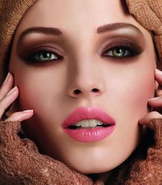 Smokey brown eyes, perfect pink lipstick that adds a perfect finishing look to the make-up !