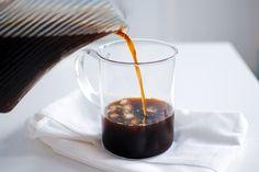 Perguntam-me várias vezes se bebo café. Quase nada. E se gosto. Adoro.  Não bebo quase nunca por 4 grandes razões: o facto de o café ser uma bebida bastante ácida, acidifica o pH e desregula o organismo; por ter muita cafeína que causa...