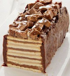 No-bake Snickers Cake, with homemade peanut-butter and chocolate pudding, caramel and chocolate ganache. (in Hebrew) Snickers Recipe, Snickers Cake, Homemade Snickers, Yummy Treats, Delicious Desserts, Sweet Treats, Yummy Food, Sweet Recipes, Cake Recipes