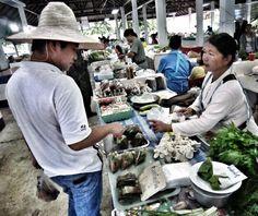 Leticia Pérez Sánchez: Mercado central, puesto de verduras. Pai (Tahilandia). Agosto 2012. Plano de conjunto a color. JPEG 1777 x 1492 píxeles. 72 ppp.