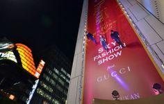 A Gucci promoveu um desfile num dos bairros mais famosos de Tóquio, Ginza, mas montou uma passarela bem diferente: vertical. Suspensos por cabos invisíveis, os modelos caminharam sobre a fachada do prédio da Sony. A iluminação natural de Ginza, uma selva de neón, reforçou a atmosfera futurista.