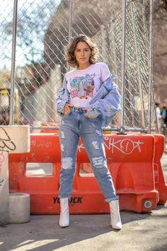 Looks coloridos para o inverno. Confira neste post como apostar em cores diferentes para elevar seu look de inverno como esta proposta jeans com jeans destroyed, bota branca e t-shirt estampada lilás. Elegant Dresses, Ideias Fashion, Jeans, Capri Pants, Outfits, Outfit Ideas, Style, White Boots, Block Prints