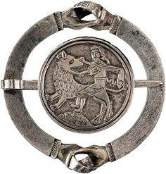 Spange (sog. Handtrouwebratzen)  auf der Dornscheibe: Samson im Kampf mit dem Löwen   Silber, teilweise vergoldet   14. Jahrhundert