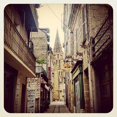 #Brive 2 minutes d'arrêt! #Ruelle & #clocher #SaintMartin #BriveLaGaillarde  #brivetourisme #ILoveBG  #Corrèze #Limousin #correzetourisme #zecorreze #france #architecture #instarchitecture #architectureporn #architecturelovers #trésorspatrimoine #patrimoine #église #church #clochersdefrance #street #streetview #instatreet