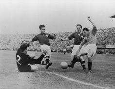 Benito Lorenzi (a sinistra) in azione durante i #mondiali del 1954, disputatisi in Svizzera. Losanna, 17 giugno 1954. #azzurri #italia #worldcup