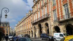 Na Janelinha para ver tudo: Place des Vosges , a praça mais bonita do mundo se...
