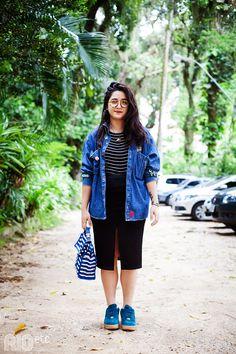 Jaqueta jeans funky, tenis azul mais pesado, listras e saia lapis preta.