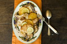Esta receita revela um truque para deixar a bisteca bem úmida: o soro com gengibre ralado. E outro: as rodelas de abacaxi são grelhadas na mesma frigideira - ficam douradas e com uma camada de sabor que vem da carne, hmmm.